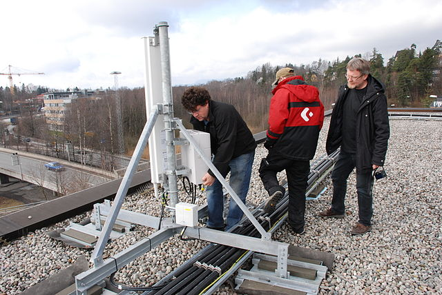 Base_station_installation_telenor_norway_By_HLundgaard_(Own_work)__[CC-BY-SA-3.0_(http_creativecommons.org_licenses_by-sa_3.0)]_via_Wikimedia_Common